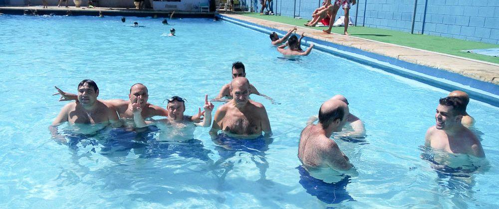 Disfrutando de la piscina en el CT Sant Adrià